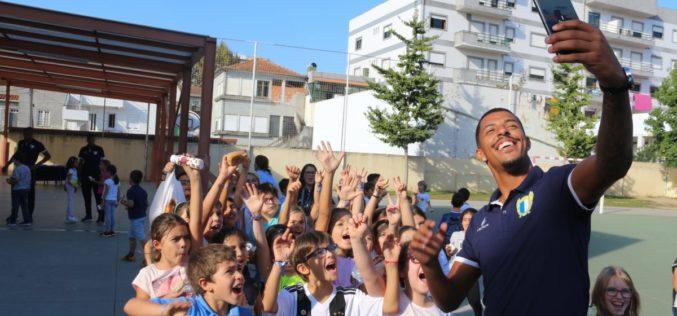 Clubes | Jogadores do FC Famalicão recebidos em festa no Centro Escolar Luís de Camões