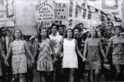 25 de Abril | Pedro e Carolina (re) vivem 'Se essa rua fosse minha – O amor nos anos de chumbo' em Matosinhos