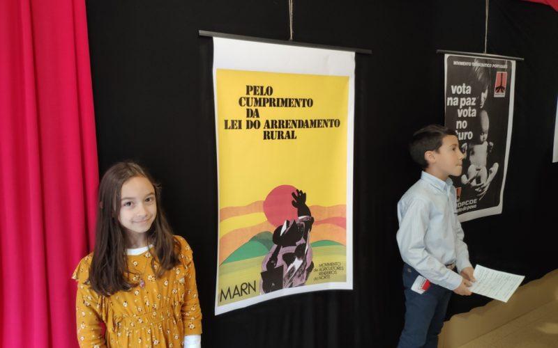 Ensino | 3BC da 'Luís de Camões' realiza reportagem de visita guiada à exposição 'Cartazes de Abril'
