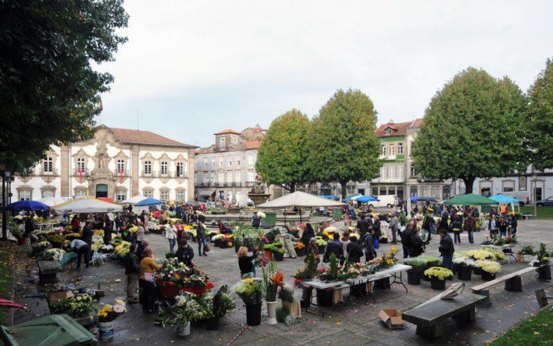 Mercados | 'Mercado das Flores' decorre na Praça do Município de Braga em dias dos Fiéis Defuntos e de Todos os Santos