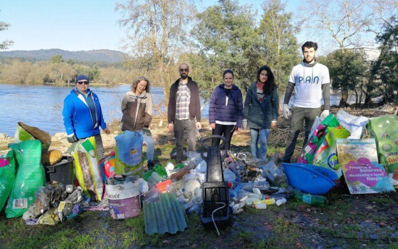 Ambiente | Ativistas do PAN realizaram ação de limpeza em Barcelos