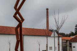 Escultura | 'Tirsa' de Robert Schad instalada junto à Fábrica de Santo Thyrso