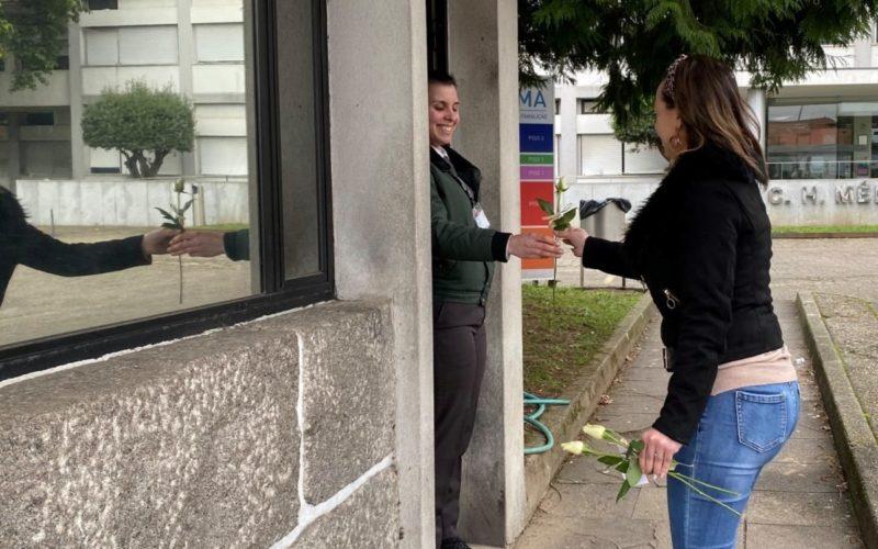 PS | Mulheres Socialistas distribuem rosas às famalicenses pelas ruas da cidade