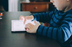 Infância   Crianças do pré-escolar passam mais de hora e meia por dia em frente a ecrãs