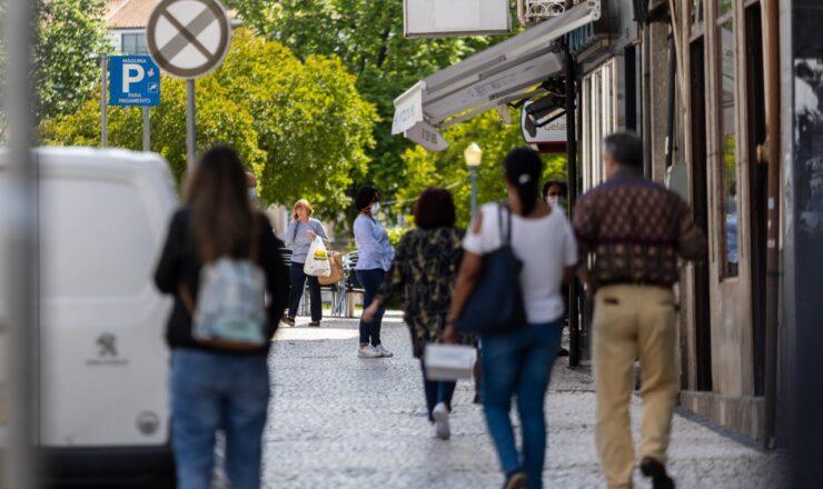 Santo Tirso_ comércio local rua do centro transeuntes consumidores foto de arquivo